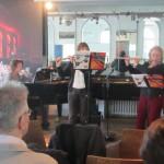 Britta Roscher begleitet ihre Flötenschülerinnen